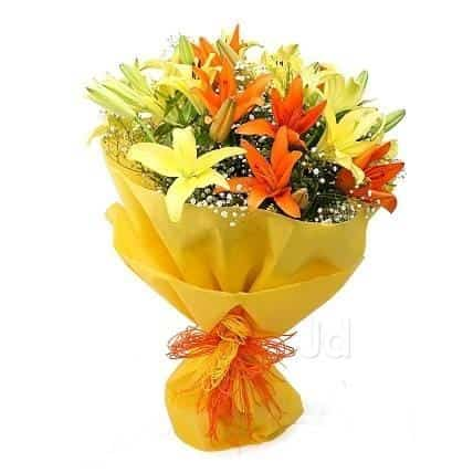 Gl Vase Arrangement Of Roses And Chocolates